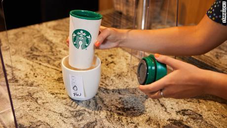 Starbucks está introduciendo un nuevo sistema para vasos personales.