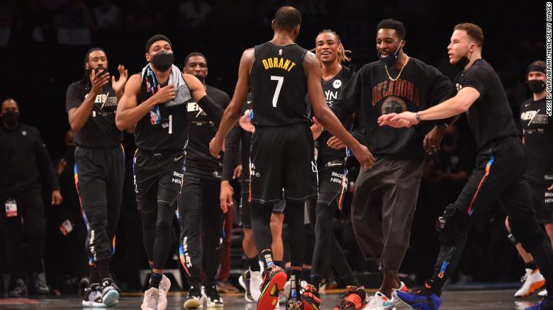 Durant dan rekan satu timnya melakukan selebrasi selama pertandingan melawan Bucks