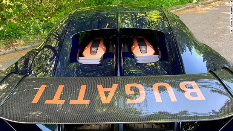 Bugatti Chiron Pur Sport memiliki sayap terangkat permanen yang beratnya kurang dari sayap bergerak standar Chiron