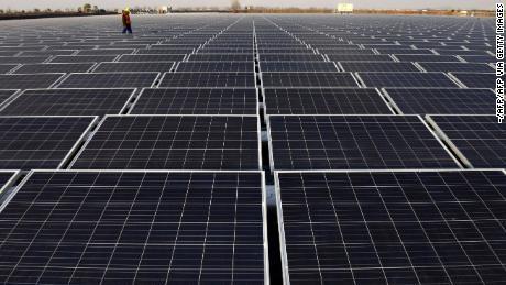 Vue d'une centrale solaire flottante à Huainan, une ancienne région charbonnière, dans la province d'Anhui, dans l'est de la Chine.