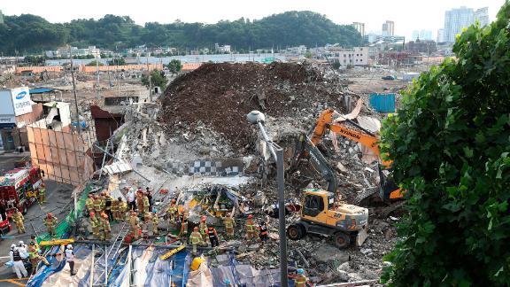 Les pompiers recherchent des survivants à Gwangju le 9 juin 2021.