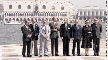 Saburo Okida, Pierre Elliott Trudeau, Helmut Schmidt, Valerie Kiskard D & # 39;  Esteng, Francesco Cosica, Jimmy Carter, Margaret Thatcher ve Roy Jenkins, 22 Haziran 1980'de San Giorgio Adası, Venedik, İtalya'daki 1980 G7 Zirvesi'nde.