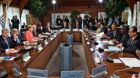 Alman Şansölyesi Angela Merkel (2-R) ve ABD Başkanı Barack Obama (2-L) dahil olmak üzere G7 liderleri ve Sosyal Yardım konukları, 8 Haziran 2015'te Schloss Elma'daki G7 zirvesinde bir çalışma oturumuna katılıyor.  Karmich-Bartenkirchen, Almanya.