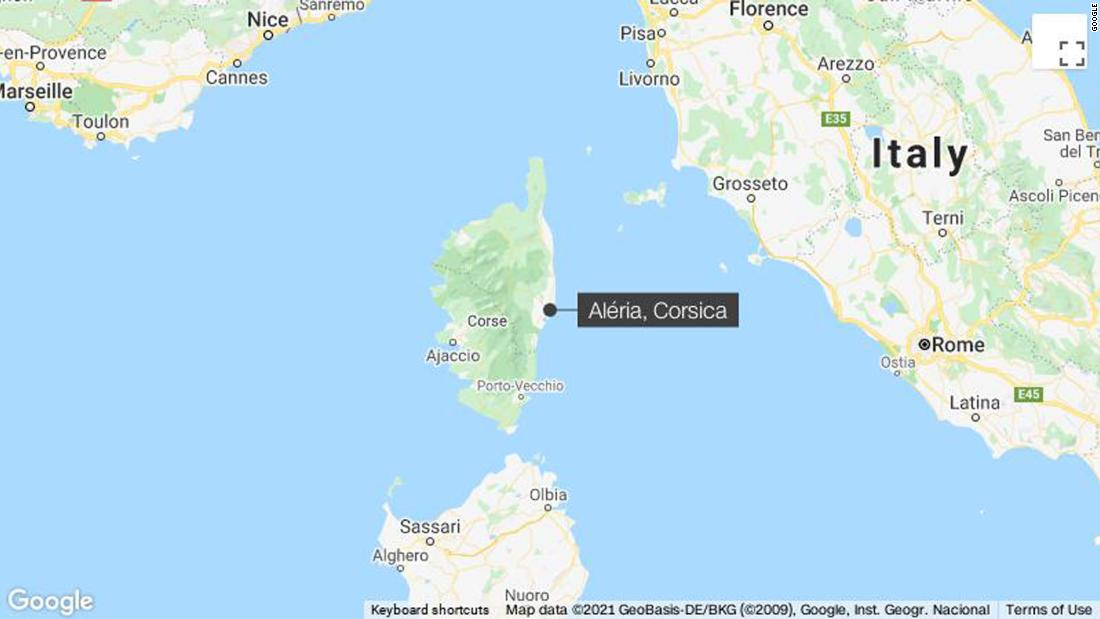 French authorities race to clean up oil spill drifting to Corsica's coast