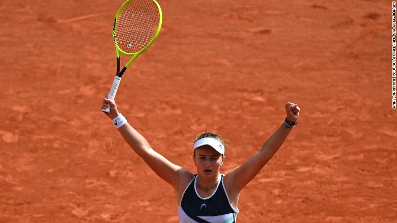 Barbora Krejcikova merayakan setelah memenangkan gelar tunggal Prancis Terbuka