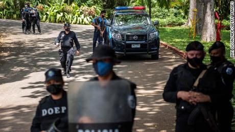 La police anti-émeute monte la garde devant la maison de la candidate pré-présidentielle Cristiana Chamorro à Managua le 2 juin.