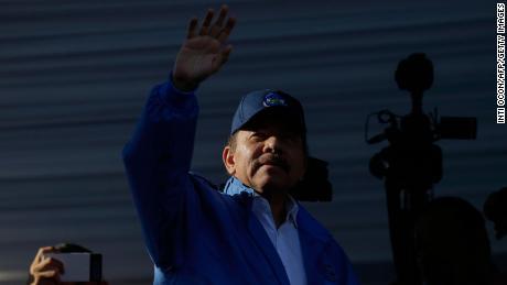 Le président nicaraguayen Daniel Ortega salue ses partisans lors d'un rassemblement à Managua le 22 août 2018.
