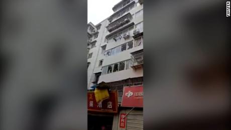Les fenêtres des bâtiments voisins ont été brisées par l'explosion dans la ville de Shiyan, dans la province du Hubei.