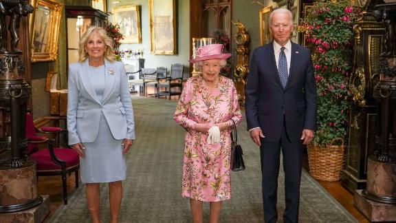WINDSOR, ENGLAND - JUNE 13: Queen Elizabeth II (C) with US President Joe Biden and First Lady Jill Biden in the Grand Corridor during their visit to Windsor Castle on June 13, 2021 in Windsor, England. Queen Elizabeth II hosts US President, Joe Biden and First Lady Dr Jill Biden at Windsor Castle. The President arrived from Cornwall where he attended the G7 Leader's Summit and will travel on to Brussels for a meeting of NATO Allies and later in the week he will meet President of Russia, Vladimir Putin. (Photo by Steve Parsons - WPA Pool/Getty Images)