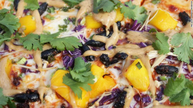 Pizza topping jangkrik dari restoran Pizza Bandit
