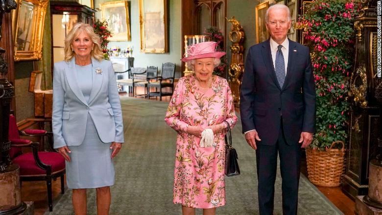Ratu Inggris Elizabeth II, tengah, berpose dengan Presiden AS Joe Biden dan ibu negara Jill Biden di Koridor Besar Kastil Windsor pada hari Minggu, 13 Juni