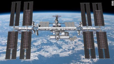 Los paneles solares de la estación espacial deben actualizarse.