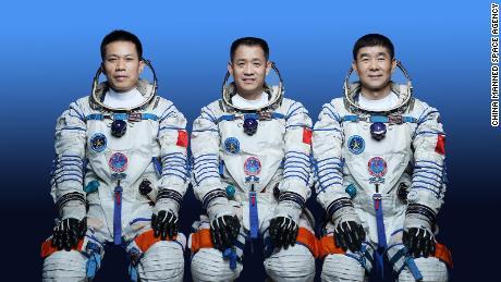 China enviará tres astronautas al espacio el 17 de junio para una misión de tres meses en su estación espacial Tiangong.  De izquierda a derecha: Tang Hongbo, Nie Haisheng, Liu Beoming