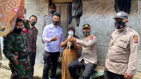 Warga di atas usia 45 tahun di Kabupaten Cianjur, Jawa Barat, diberikan hadiah ayam hidup jika divaksinasi.