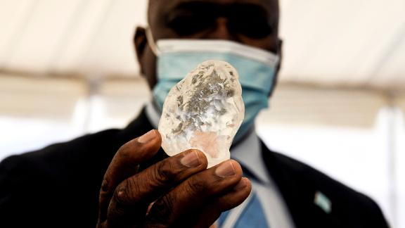 Botswana President Mokgweetsi Masisi (R) holds a gem diamond in Gaborone, Botswana, on June 16, 2021. - Botswanan diamond firm Debswana said on June 16, 2021 it had unearthed a 1,098-carat stone that it described as the third largest of its kind in the world. The stone, found on June 1, 2021 was shown to President Mokgweetsi Masisi in the capital Gaborone. (Photo by Monirul Bhuiyan / AFP) (Photo by MONIRUL BHUIYAN/AFP via Getty Images)