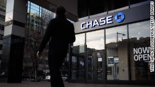 Los demócratas quieren que JPMorgan reembolse las tarifas por sobregiro de la era Covid y las elimine para siempre