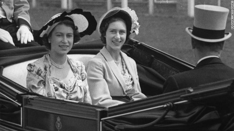 KemudianPutri Elizabeth, kiri, dan saudara perempuannya, Putri Margaret, tiba di tribun di Royal Ascot pada tahun 1949