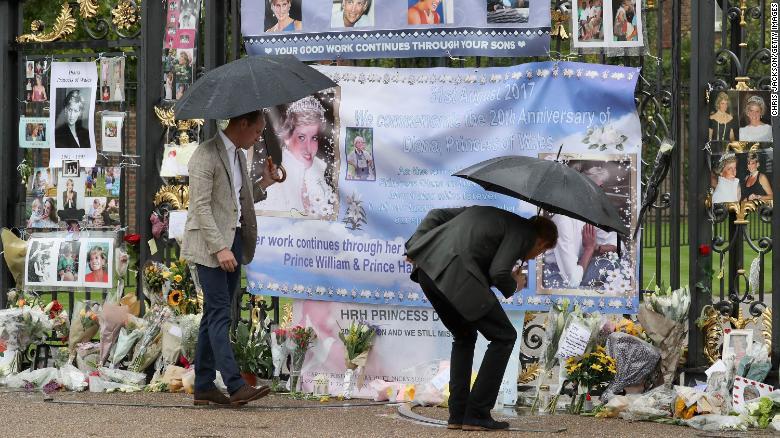 Saudarasaudara melihat bunga, foto, dan suvenir lainnya yang ditinggalkan sebagai penghormatan kepada Putri Diana di dekat Taman Sunken di Istana Kensington di London pada 30 Agustus 2017