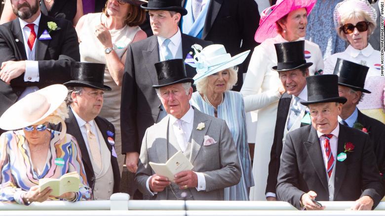 Pangeran Charles dan Camilla di tengah lautan tamu