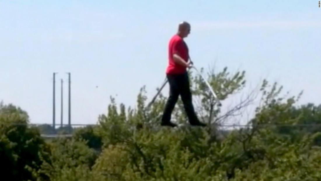 Nik Wallenda removes harness for the end of his high-wire walk