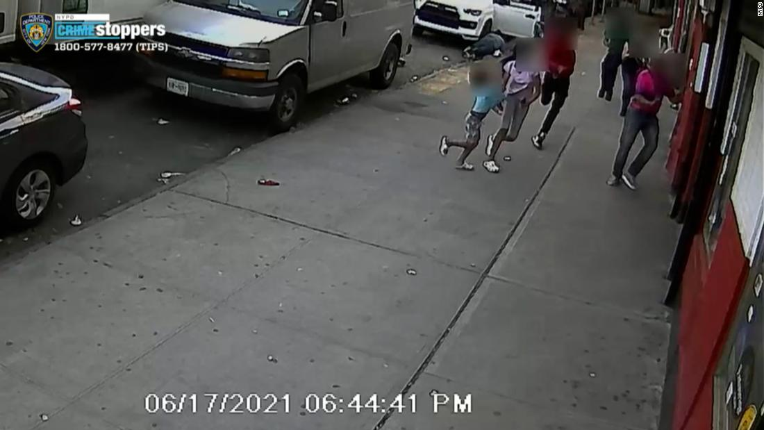 Gunman shoots man next to 2 children in broad daylight in the Bronx – CNN