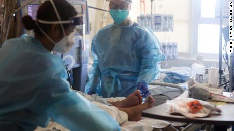 Sebuah penelitian menemukan bahwa harapan hidup di Amerika Serikat telah turun lebih dari satu tahun selama pandemi coronavirus