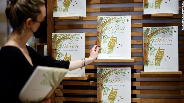 & quot; El banco & quot;  de Meghan, duquesa de Sussex, se exhibe en una librería en Londres el 8 de junio.