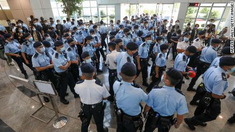 Des policiers perquisitionnent le bureau Apple Daily le 17 juin à Hong Kong.
