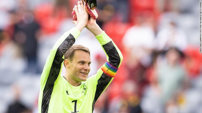 Neuer mengenakan ban lengan pelangi selama dua pertandingan pertama Jerman di Euro 2020