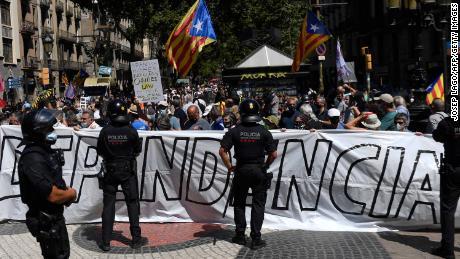 Manifestantes independentistas frente a la ópera de Barcelona el lunes.