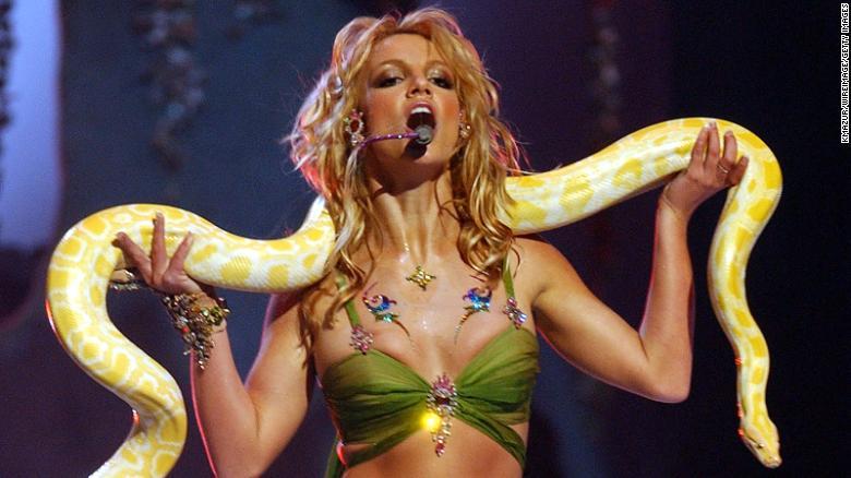 Tombak'  penampilan terkenal di VMA 2001, ketika karir musik penyanyi itu berada di puncaknya