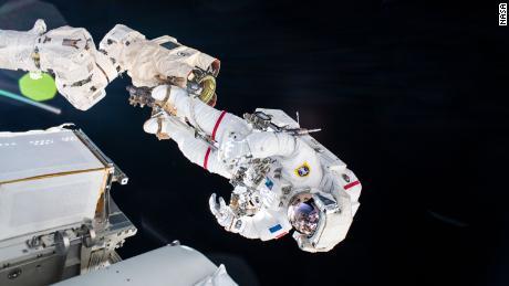 Astronautul ESA, Thomas Pesquet, este fotografiat în timpul unei plimbări spațiale din 20 iunie.