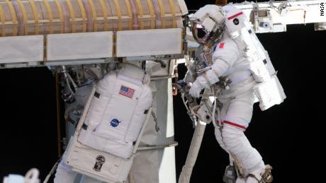 Astronauții au instalat un panou solar gigant în afara stației spațiale