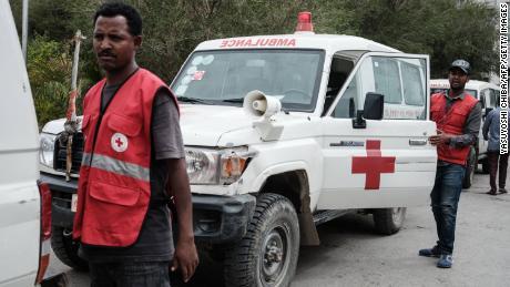 Des ambulances de la Croix-Rouge attendaient en stand-by après s'être vu refuser l'autorisation de se rendre dans le village de Togoga.