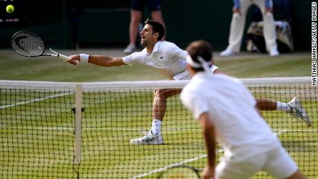 Djokovic se acerca para jugar un golpe de derecha contra Federer.