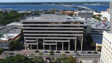 Así es como se propagó el coronavirus dentro de una oficina del gobierno de Florida y cómo un funcionario dice que se detuvo