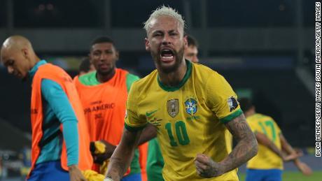 Neymar melakukan selebrasi usai peluit akhir dibunyikan.
