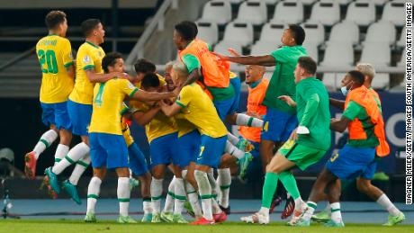 Brasil merayakan gol Casemiro di injury time.