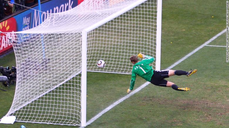 Manuel Neuer menyaksikan bola memantul melewati garis dari tembakan yang membentur mistar gawang dari Frank Lampard pada tahun 2010