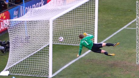Manuel Neuer observa cómo la pelota rebota sobre la línea con un disparo que golpea el travesaño de Frank Lampard en 2010.