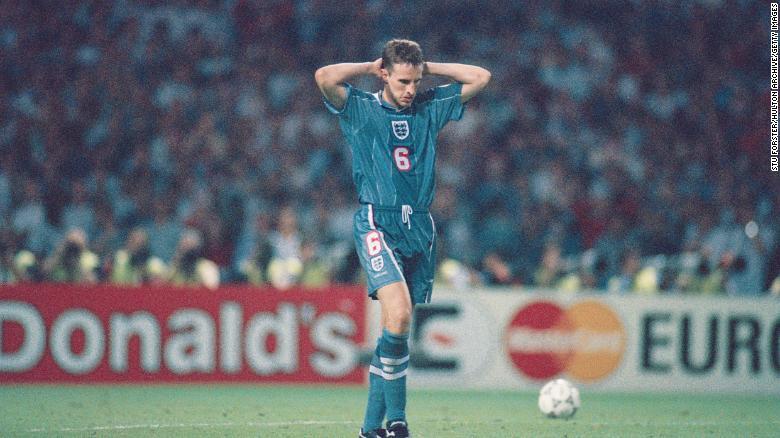 Reaksi Gareth Southgate setelah gagal mengeksekusi penalti dalam adu penalti tahun 1996