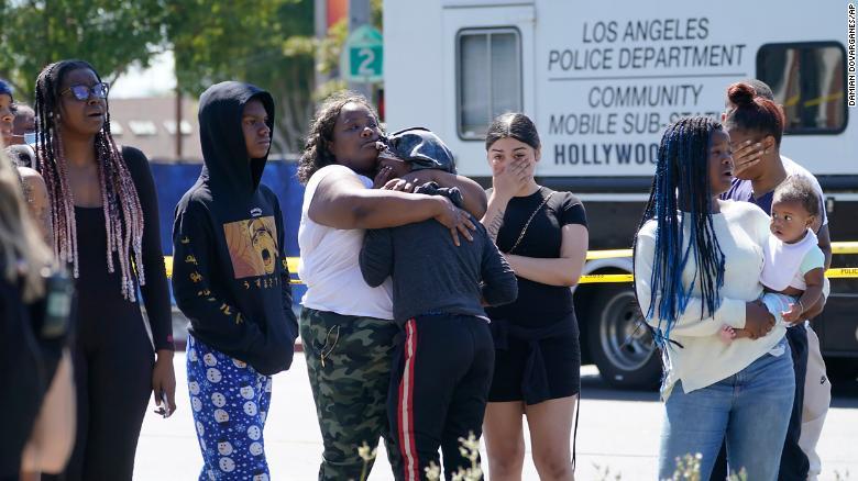 Menschen reagieren am Freitag an einem Tatort im Stadtteil Hollywood Hills in Los Angeles.
