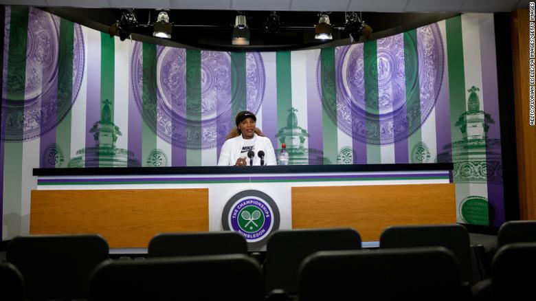 Williams menghadiri konferensi pers di ruang wawancara utama di Wimbledon