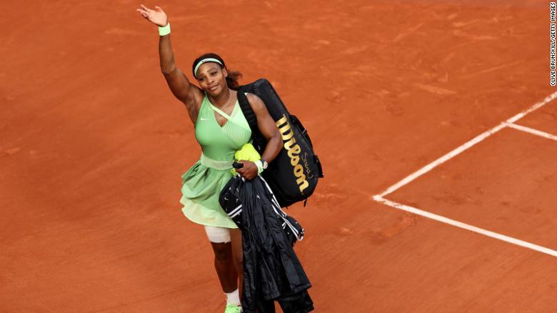 Williams melambaikan tangan kepada penonton setelah kekalahan straight set dari Elena Rybakina di Prancis Terbuka 2021