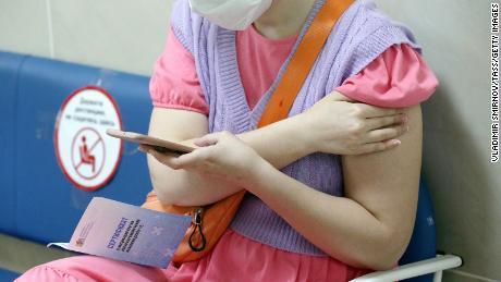 Hình ảnh một phụ nữ cầm giấy chứng nhận tiêm phòng sau khi nhận một viên đạn ở thành phố Ivanovo ngày 18/6.
