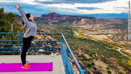 Una mujer se estira sobre una glorieta en el condado de Los Alamos, Nuevo México.