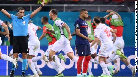Футболісти Швейцарії святкують після того, як Кіліан Мбаппе пропустив вирішальний пенальті.