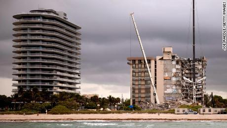 & # 39;  Trema sempre: & # 39;  I proprietari del Surface Condo si sono lamentati del fatto che una torre di lusso fosse in costruzione accanto