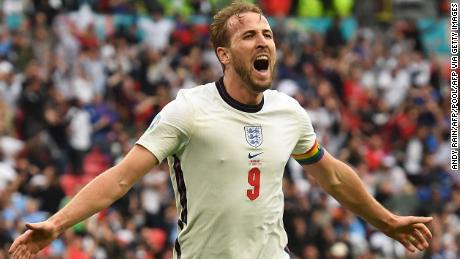 Kapten Inggris Harry Kane melakukan selebrasi usai mencetak gol keduanya.