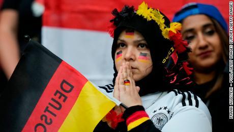 Seorang penggemar Jerman merespons selama pertandingan Putaran 16 Kejuaraan UEFA Euro 2020 antara Inggris dan Jerman di Stadion Wembley.